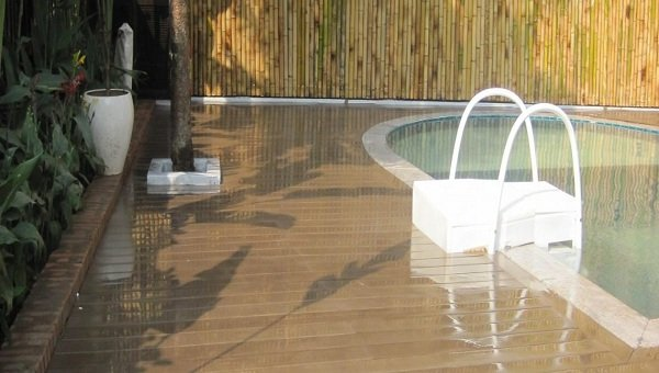 Lót sàn cho cả bể bơi